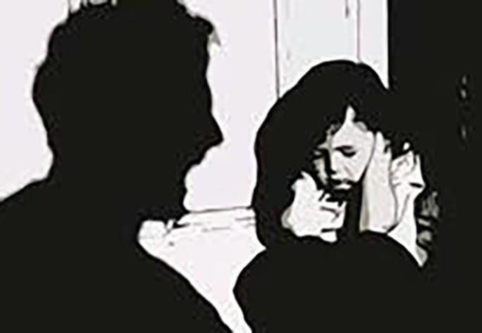 Trên đường về nhà, bé gái bị 3 thanh niên cưỡng hiếp - Ảnh 1.