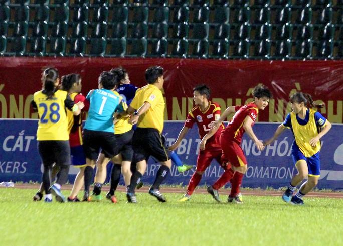 Clip cầu thủ nữ đánh nhau khó tin trên sân Thống Nhất - Ảnh 2.