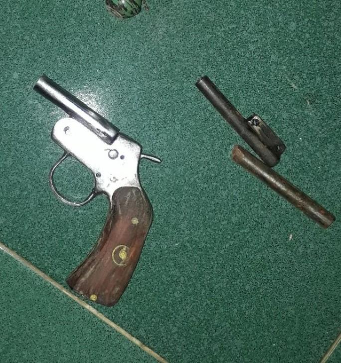 Công an ập vào nhà trọ bắt nhóm đối tượng đang chế tạo vũ khí  - Ảnh 2.