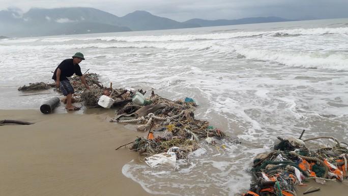 Hàng chục tấn rác bủa vây 9 km bờ biển Đà Nẵng - Ảnh 6.