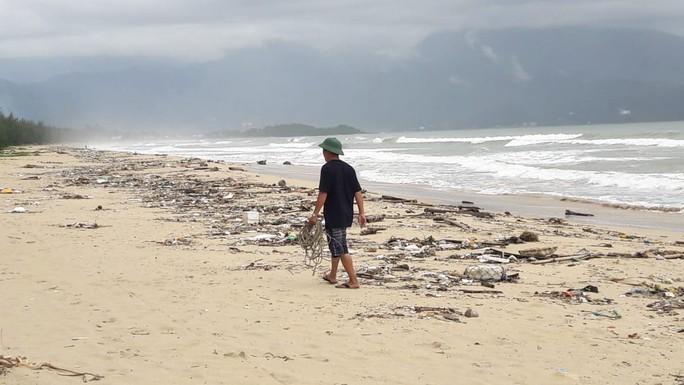 Hàng chục tấn rác bủa vây 9 km bờ biển Đà Nẵng - Ảnh 10.