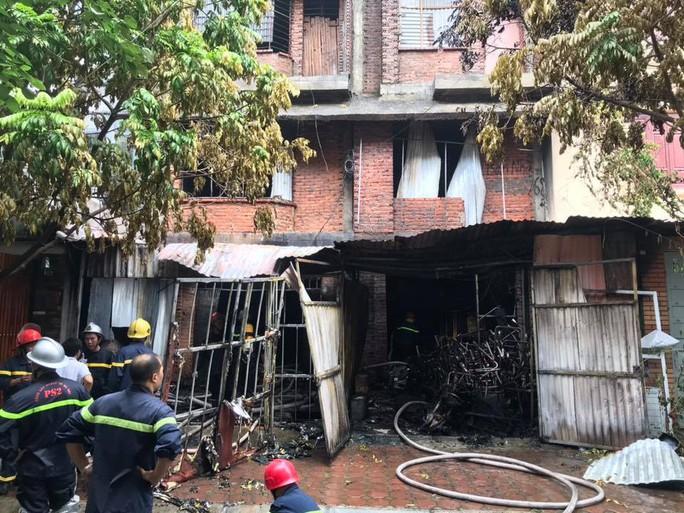 Sau khi dập tắt vụ cháy lớn xưởng sản xuất sofa, phát hiện 1 người tử vong - Ảnh 3.