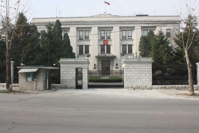 Các nhà ngoại giao và cuộc sống tắt hết đèn sau 9 giờ tối ở Triều Tiên - Ảnh 3.