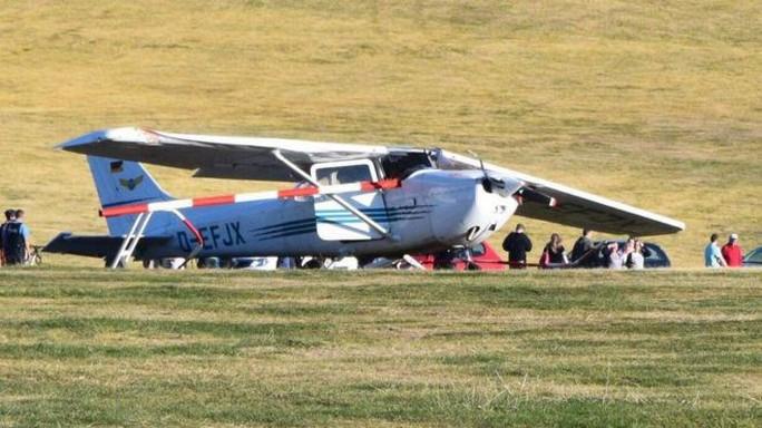 Máy bay rơi trúng đám đông, nhiều người chết - Ảnh 1.