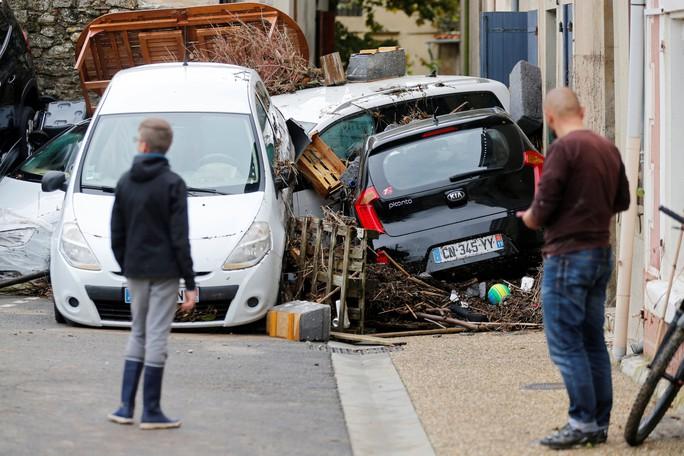 Pháp: Nước mưa 7 tháng trút xuống trong 1 đêm, nữ tu sĩ bị cuốn trôi - Ảnh 5.