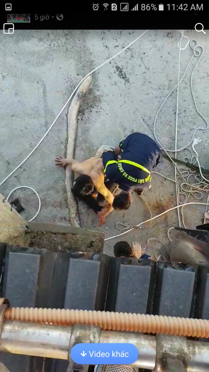 Nín thở giải cứu thanh niên bị ngáo đá cố thủ trên dây cáp cầu Thuận Phước - Ảnh 2.