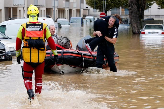 Pháp: Nước mưa 7 tháng trút xuống trong 1 đêm, nữ tu sĩ bị cuốn trôi - Ảnh 3.