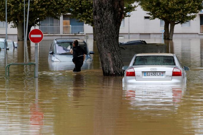Pháp: Nước mưa 7 tháng trút xuống trong 1 đêm, nữ tu sĩ bị cuốn trôi - Ảnh 7.