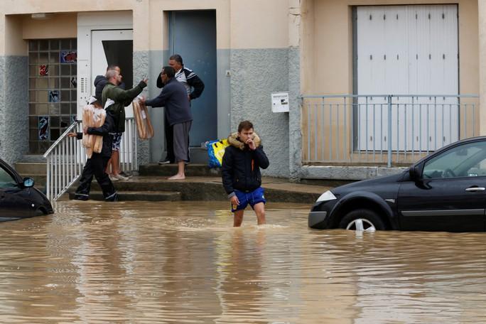 Pháp: Nước mưa 7 tháng trút xuống trong 1 đêm, nữ tu sĩ bị cuốn trôi - Ảnh 8.