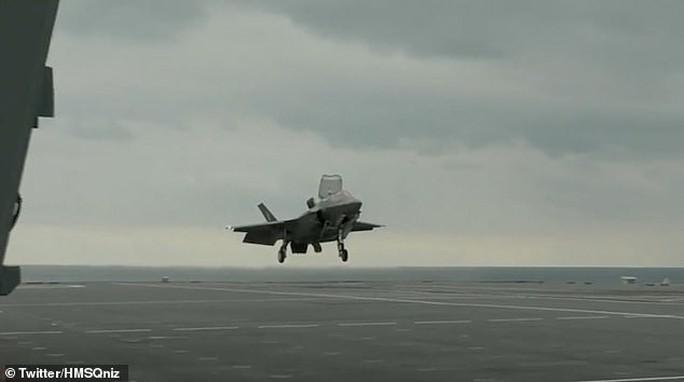 """Phi công Anh thực hiện cú """"hạ cánh xoay"""" lịch sử với F-35 - Ảnh 1."""