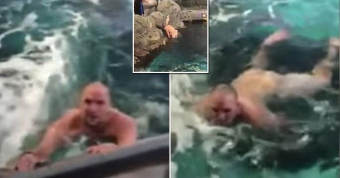Du khách khỏa thân… nhảy xuống hồ cá mập - Ảnh 2.