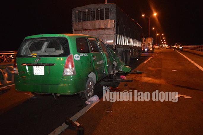 Taxi tông đuôi xe tải dừng dốc cầu Cần Thơ, 3 người chết thảm - Ảnh 1.