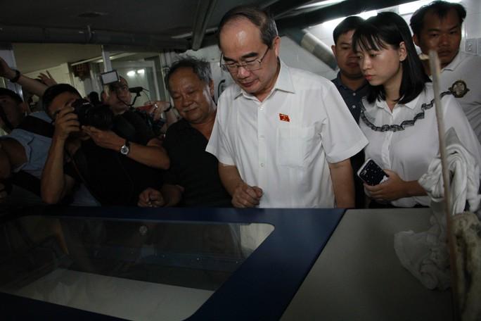 Bí thư Thành ủy TP HCM thăm người dân Thủ Thiêm - Ảnh 1.