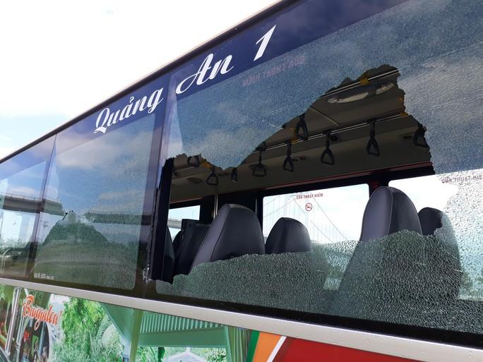 Đập kính xe buýt đe dọa hành khách, một đối tượng bị đưa vào trại cai nghiện - Ảnh 2.
