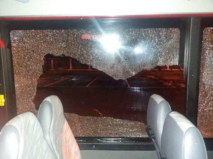 Đập kính xe buýt đe dọa hành khách, một đối tượng bị đưa vào trại cai nghiện - Ảnh 1.