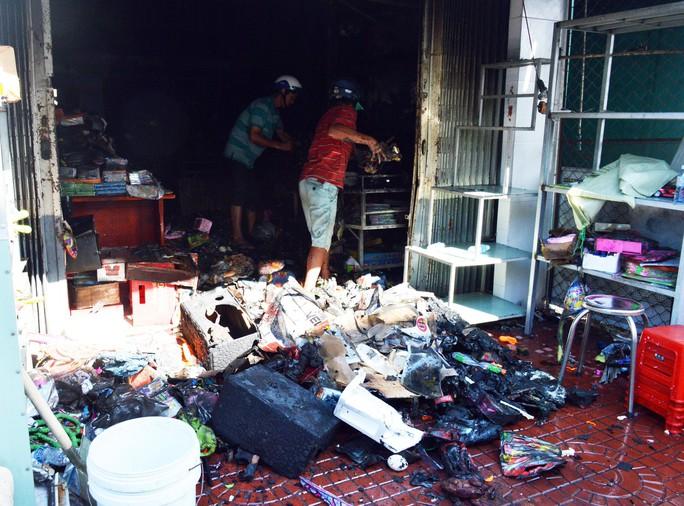 Nhờ có cửa sau, vợ chồng và 2 con thoát chết cháy trong tích tắc - Ảnh 2.