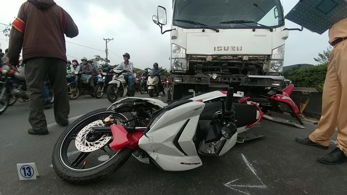 TP HCM: Xe tải chạy vào làn xe máy tông 2 người chết tức tưởi - Ảnh 1.