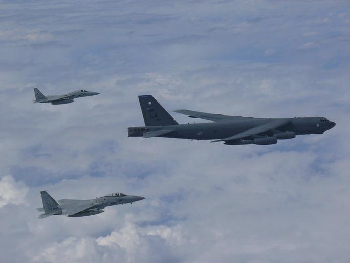 Biển Đông: Máy bay ném bom Mỹ vờn quanh khu vực Trung Quốc chiếm trái phép  - Ảnh 1.