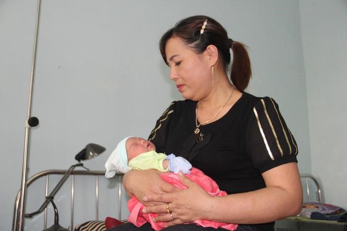 Bé gái sơ sinh nặng 3 kg bị bỏ rơi dưới gốc cây xà cừ - Ảnh 1.