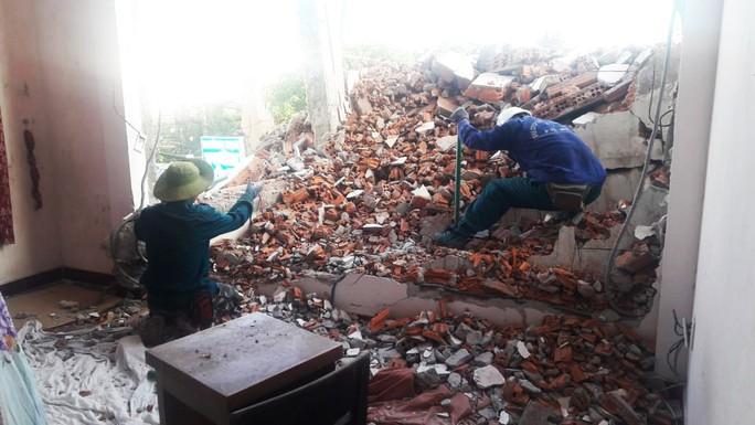 Không có giấy phép vẫn ngang nhiên tháo dỡ công trình gây sập tường nhà dân - Ảnh 3.
