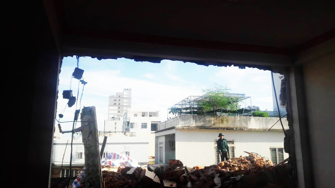 Không có giấy phép vẫn ngang nhiên tháo dỡ công trình gây sập tường nhà dân - Ảnh 2.