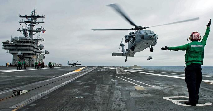Trực thăng MH-60 rơi trên tàu sân bay Mỹ ngoài khơi Philippines - Ảnh 3.