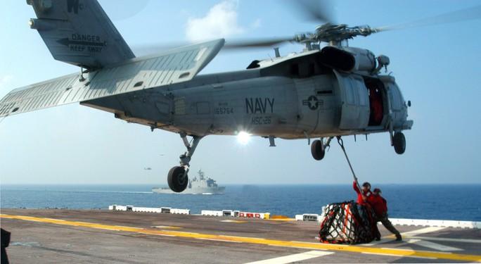 Trực thăng MH-60 rơi trên tàu sân bay Mỹ ngoài khơi Philippines - Ảnh 2.