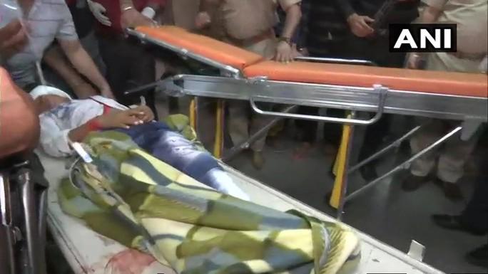 Ấn Độ: Xe lửa lao vào đám đông mừng lễ hội, ít nhất 60 người chết - Ảnh 1.