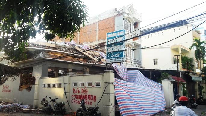 Không có giấy phép vẫn ngang nhiên tháo dỡ công trình gây sập tường nhà dân - Ảnh 1.