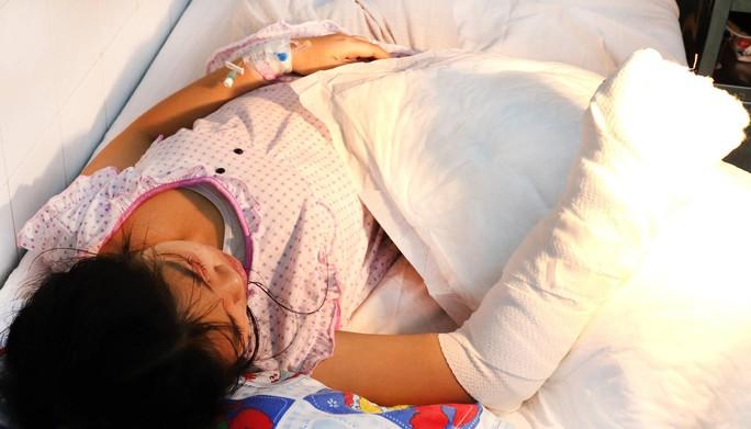 Bé gái 14 tuổi bị xe container cuốn, cán dập nát bàn tay - Ảnh 1.