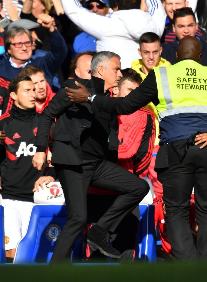 Mourinho chấp nhận lời xin lỗi sau vụ nổi nóng với trợ lý HLV Chelsea - Ảnh 12.