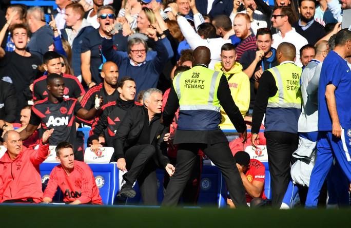 Mourinho chấp nhận lời xin lỗi sau vụ nổi nóng với trợ lý HLV Chelsea - Ảnh 13.