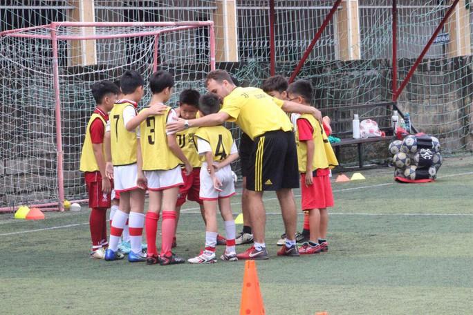 Chuyên gia Juventus dạy bóng đá cộng đồng - Ảnh 1.