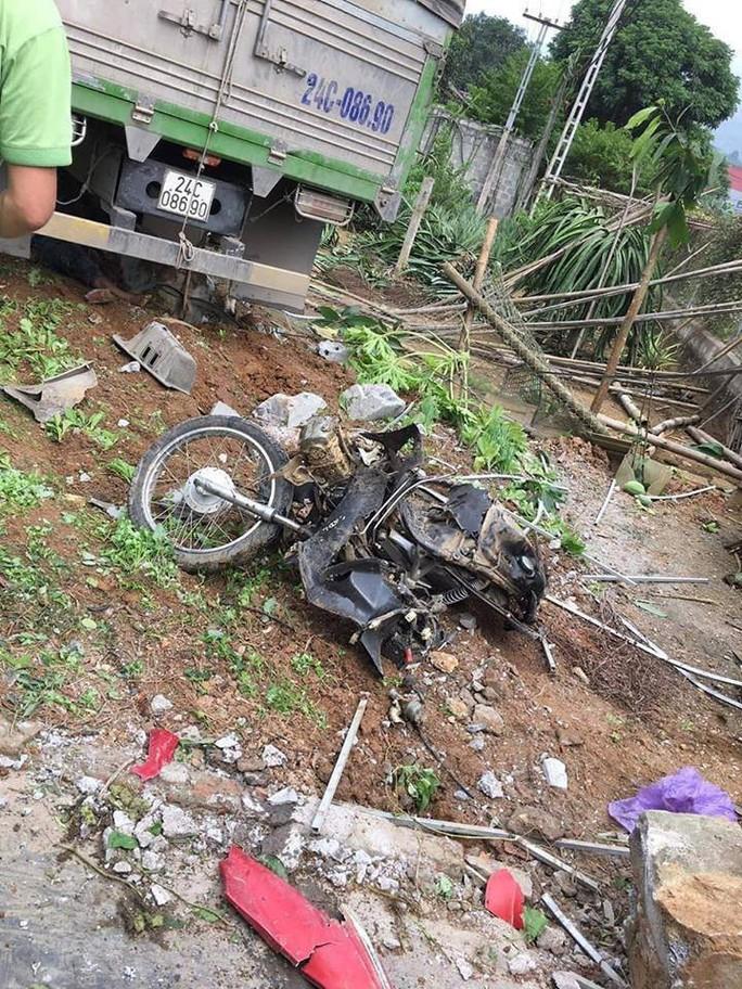 Xe tải tông chết 2 vợ chồng đi xe máy, lao vào nhà dân - Ảnh 1.