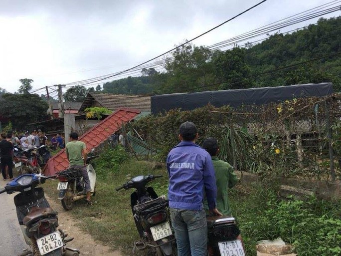 Xe tải tông chết 2 vợ chồng đi xe máy, lao vào nhà dân - Ảnh 2.
