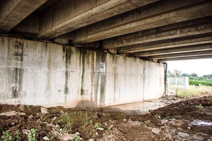 Hai cầu trên đường cao tốc Đà Nẵng - Quảng Ngãi bị thấm nước mưa - Ảnh 1.