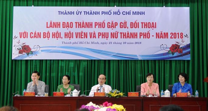 Lãnh đạo TP HCM đối thoại với nữ công nhân vệ sinh - Ảnh 1.