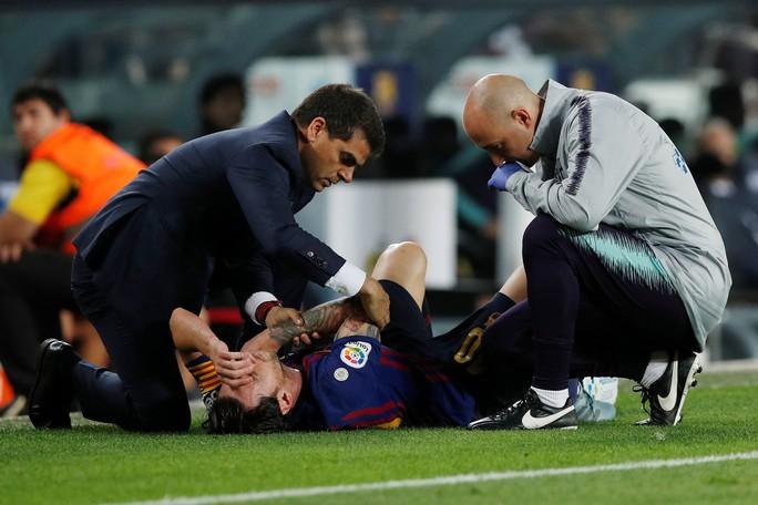 Giành ngôi đầu cho Barcelona, Messi gãy tay, lỡ siêu kinh điển - Ảnh 5.