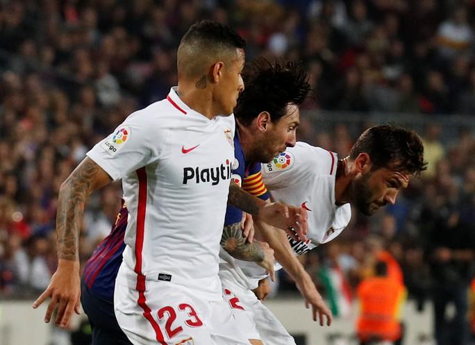 Giành ngôi đầu cho Barcelona, Messi gãy tay, lỡ siêu kinh điển - Ảnh 3.