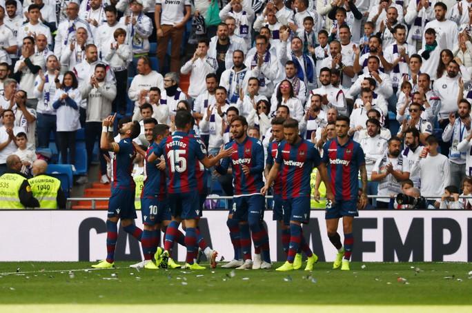 Giành ngôi đầu cho Barcelona, Messi gãy tay, lỡ siêu kinh điển - Ảnh 12.