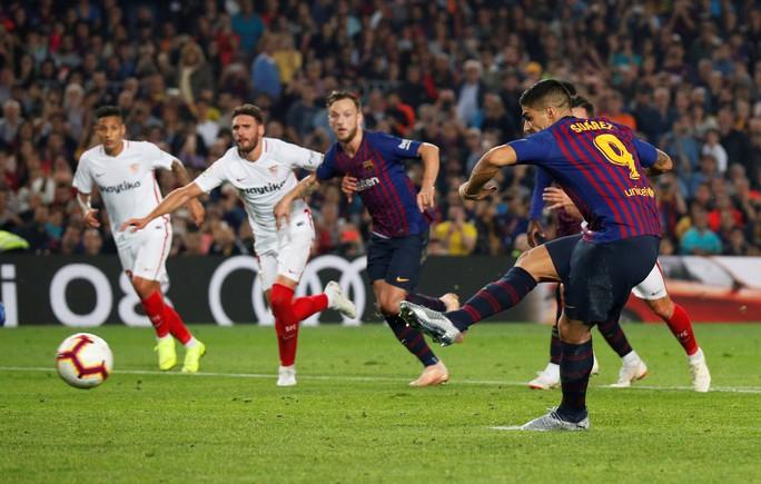 Giành ngôi đầu cho Barcelona, Messi gãy tay, lỡ siêu kinh điển - Ảnh 8.