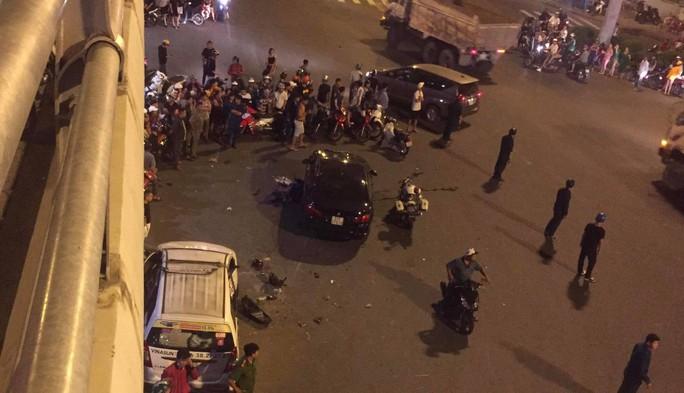 Ô tô tông xe máy văng la liệt ở Ngã tư Hàng Xanh, 1 người chết - Ảnh 1.