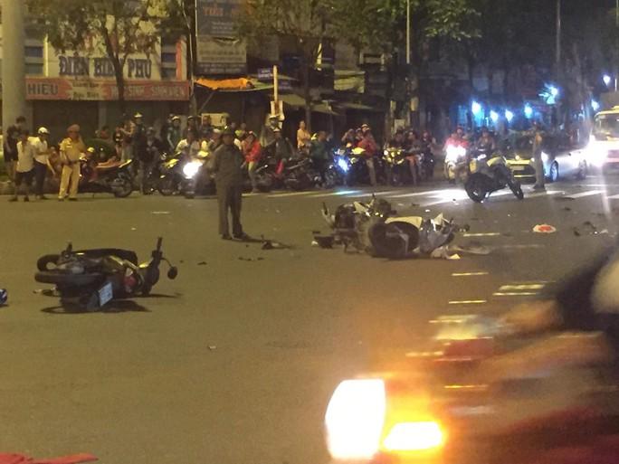 Ô tô tông xe máy văng la liệt ở Ngã tư Hàng Xanh, 1 người chết - Ảnh 3.