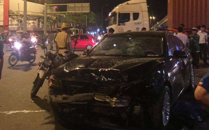 Ô tô tông xe máy văng la liệt ở Ngã tư Hàng Xanh, 1 người chết - Ảnh 4.