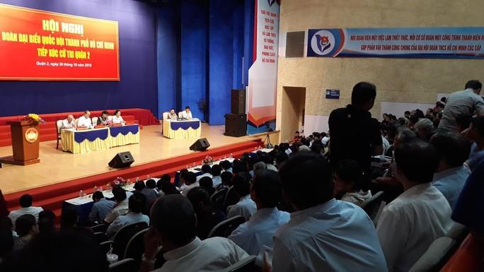 Người phụ nữ ném giày tại buổi tiếp xúc cử tri bị phạt 750.000 đồng - Ảnh 1.
