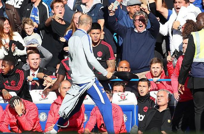 Mourinho đối mặt án phạt sau pha rượt đuổi trợ lý HLV Chelsea - Ảnh 2.