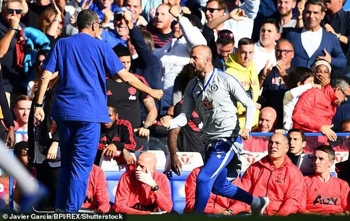Mourinho đối mặt án phạt sau pha rượt đuổi trợ lý HLV Chelsea - Ảnh 3.