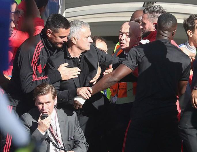 Mourinho đối mặt án phạt sau pha rượt đuổi trợ lý HLV Chelsea - Ảnh 4.