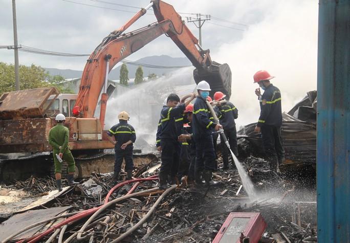 15 giờ cháy âm ỉ, kho chứa củi và dăm gỗ 3.000m2 bị thiêu rụi - Ảnh 1.