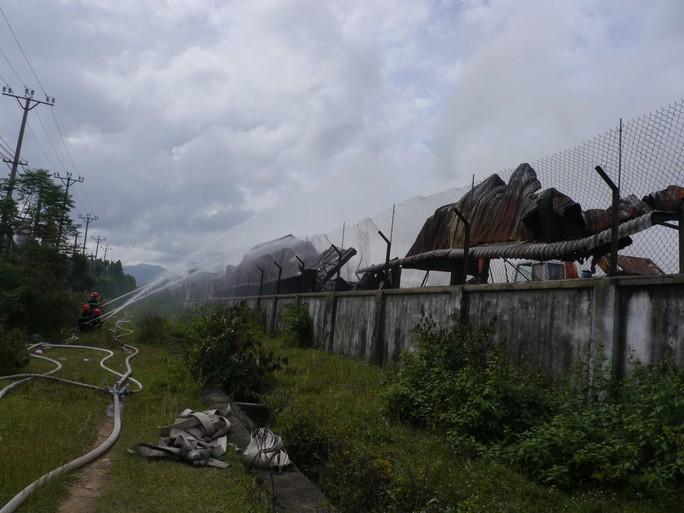 15 giờ cháy âm ỉ, kho chứa củi và dăm gỗ 3.000m2 bị thiêu rụi - Ảnh 2.